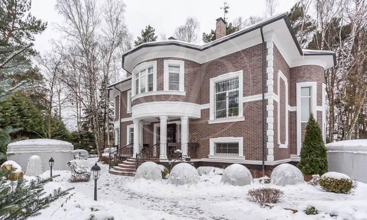 Дом ванглийском стиле спрекрасным ландшафтным дизайном