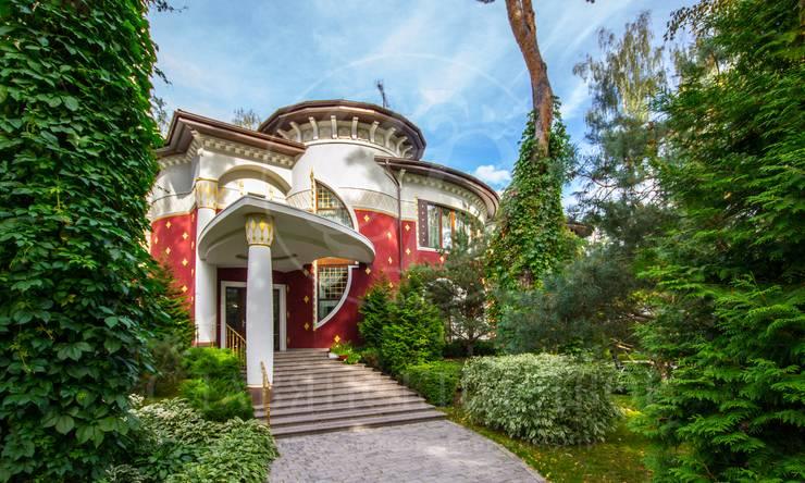 Яркий дом с«историей» на прекрасном участке