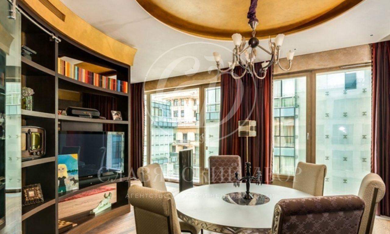 Роскошная четырёхкомнатная квартира расположена вфешенебельном жилом комплексе «Кристалл Хаус.»