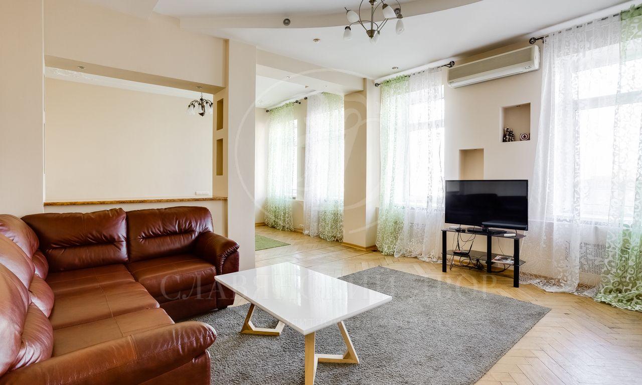 Всталинском доме вБольшом Строченовском переулке