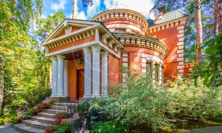 Дом внеоклассическом стиле вкамерном поселке