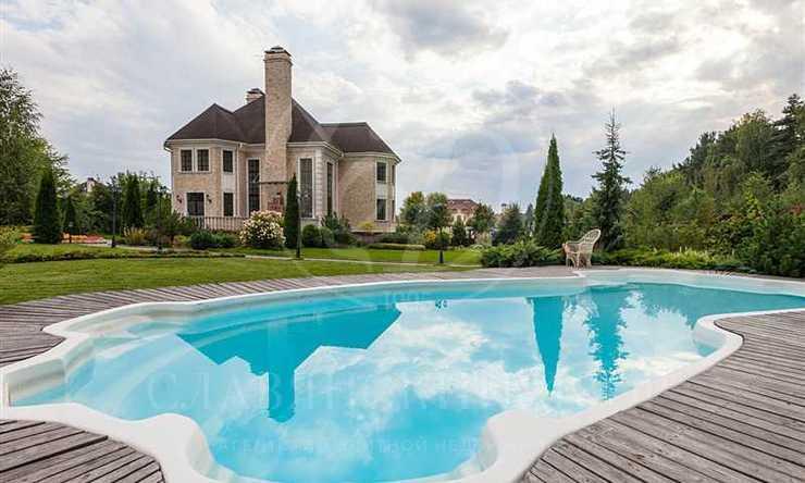 Дом соткрытым бассейном